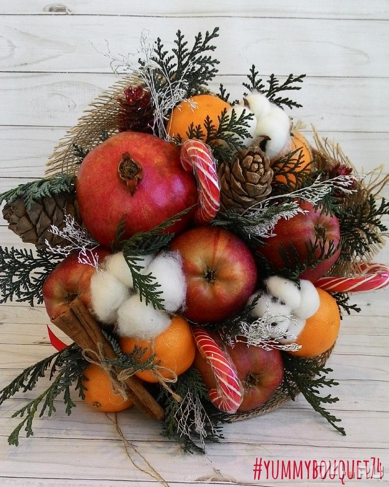 Новогодний букет из цветов и фруктов, цветов